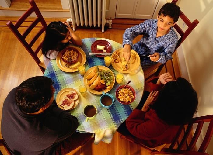 Help build kids' self-esteem with family dinners.