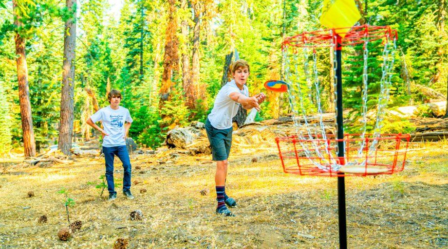 kids playing frisbee